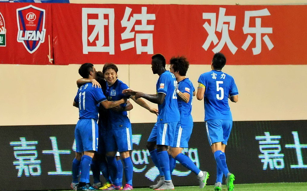北京时间8月23日晚,2015中超联赛第24轮再战一场。在本轮比赛中,广州富力主场迎战江苏舜天。第16分钟,卢琳任意球直接破网。第35分钟,姜宁因伤被换下场。第63分钟,埃斯库德罗头球扳平比分。第68分钟,博基拉捡漏破门。最终,两队经过90分钟激烈厮杀,富力主场2-1险胜舜天,止住了联赛7轮不胜! 在近期,广州富力用土帅黎兵替换了孔特拉,但球队的成绩依旧没有改变。在上轮,富力队客场不敌辽足,成为陷入保级泥潭的球队。 同样经历换帅的舜天近期战绩较为平稳,近三轮2胜1负的成绩也让球队联赛中过得没有太多压力。中