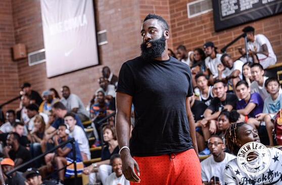 北京时间2015年7月27日,德鲁联赛官方推特发布消息称火箭球星詹姆斯-哈登现场观战了常规赛最后一天的较量。虽然今年只是一名观众,但是此前哈登也参加过这项赛事。 简介:德鲁联赛是在洛杉矶当地举行一项业余篮球联赛,这项赛事的参与者包含了职业球员和非职业球员。NBA停摆期间,多位球星都曾参加过这项赛事,包括了科比,詹姆斯,杜兰特,哈登,尼克-杨,保罗-乔治以及麦基等。 (威尔)